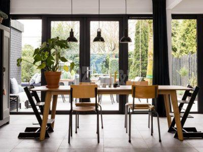 Kozijn & Zo Kunststof kozijnen - vtwonen weer verliefd op je tuin - openslaande tuindeuren en een loopdeur / keukendeur - Kozijn & Zo Hoogvliet - zwarte kunststof kozijnen in Spijkenisse - ramen, deur en onderhoudsarme kozijnen
